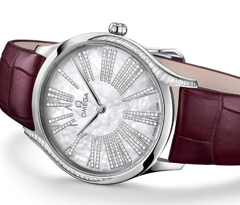 The timepiece looks elegant and attractive.
